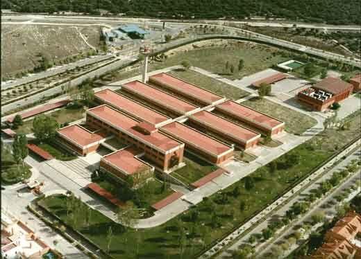 El CEM tiene un complejo de siete edificios en Tres Cantos, Madrid.